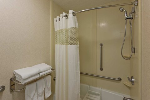 Hampton Inn Charlottesville - Accessible Bathroom