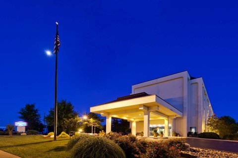 Hampton Inn Charlottesville - Front of Hotel at Night