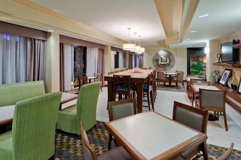Hampton Inn Charlottesville - Lobby Area with Community Table