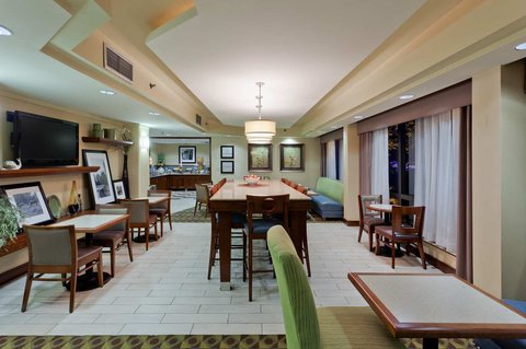 Hampton Inn Charlottesville - Dining Area in Lobby