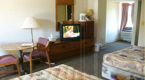 Econo Lodge Inn & Suites Gilbertsville - Bedroom