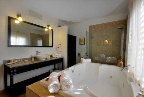 Las Terrazas Resort and Residences - Seahouse Master Bath