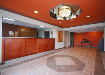 Quality Inn & Suites - Lobby