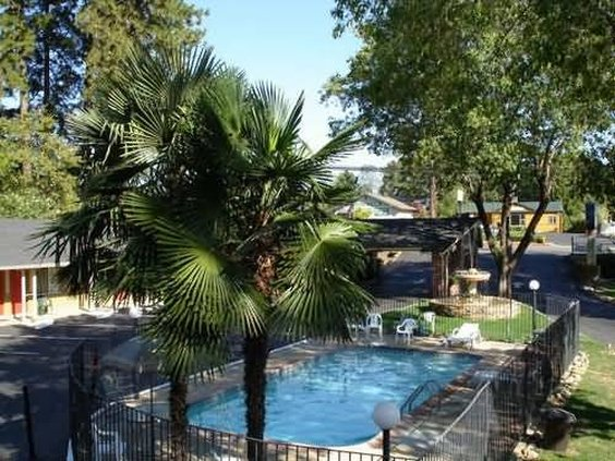 Lantern inn in paradise ca 95969 citysearch for Ponderosa gardens motel paradise ca