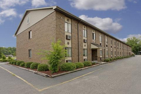 Americas Best Value Inn Darlington - Parking Lot