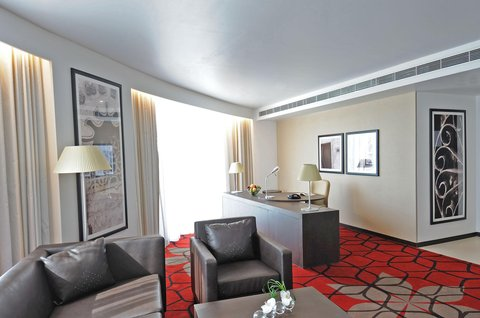 فندق كراون بلازا أبوظبي, جزيرة ياس  - Club Suite Living Room