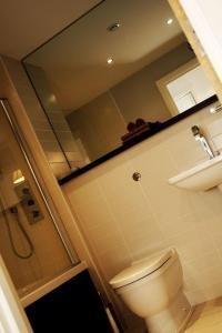 Arc Apartments By Stay Birmingham - Bathroom