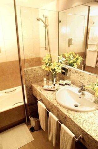 Carlton Plaza - Bathroom