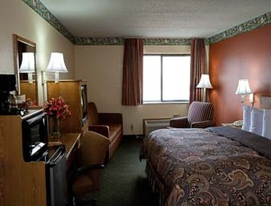 Super 8 Jacksonville - King Guest Room With Pullout