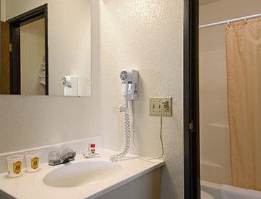 Super 8 Motel - Cos/Hwy. 24 E/Pafb - Bathroom