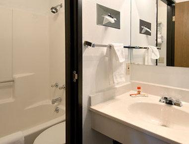 Super 8 Cortez/Mesa Verde Area - Bathroom