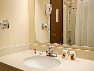 Super 8 Dodge City - Bathroom