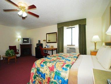 Super 8 Anderson/Clemson Area - 1 King Bed Suite