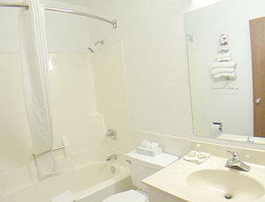 Super 8 Elkhart - Bathroom
