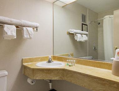 Super 8 Columbus - Bathroom