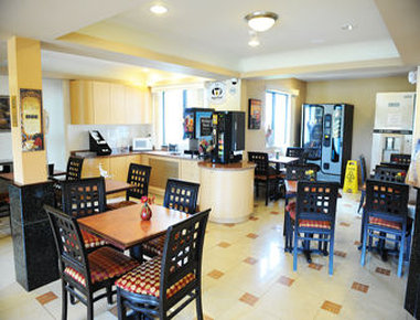 Super 8 Hartford - Breakfast Area