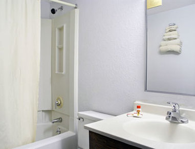 Super 8 Danbury - Bathroom