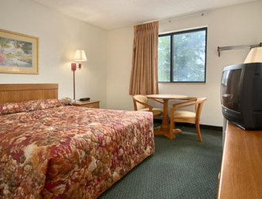 Super 8 Davenport Hotel - Standard Queen Bed Room