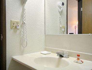 Super 8 Davenport Hotel - Bathroom