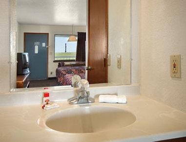 Super 8 Goodland - Bathroom
