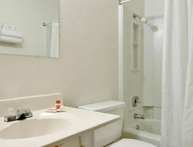Super 8 Grand Forks - Bathroom