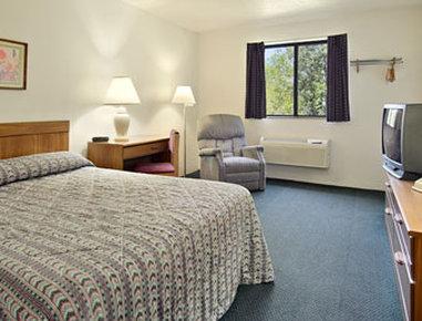 Super 8 Austin MN - Standard Queen Bed Room