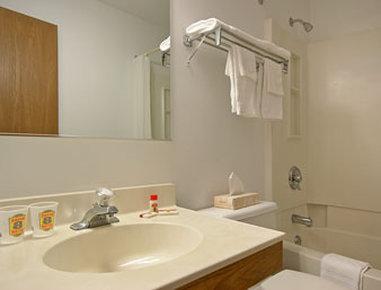 Super 8 Stroudsburg - Bathroom