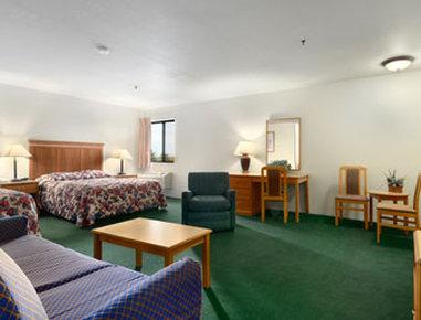 Super 8 Spokane/West - Suite