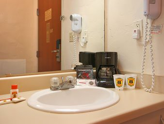 Super 8 Sulphur - Bathroom