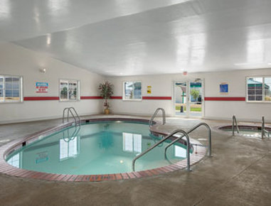 Super 8 Greenfield - Pool