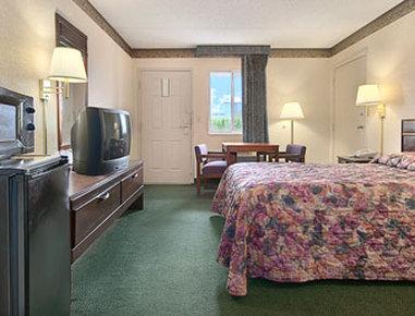 Super 8 Wapakoneta - Double Bed Room with MicroFridge