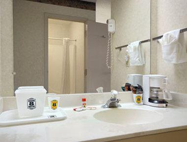Super 8 Wapakoneta - Bathroom