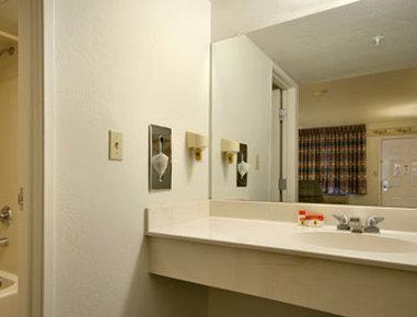 卡顿伍德速8汽车旅馆 - Bathroom