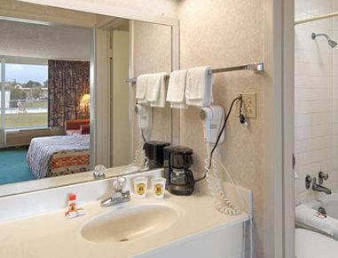Super 8 Dillon - Bathroom