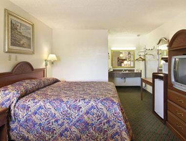 Super 8 Eastland - Standard King Bed Room