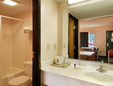 Super 8 Columbia Hotel - Bathroom
