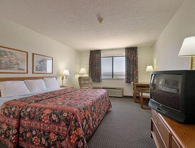 Super 8 Charles City - Standard King Bed Room