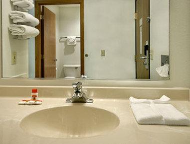 Super 8 Charles City - Bathroom