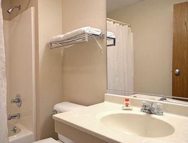 Super 8 Galesburg IL - Bathroom
