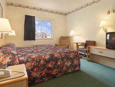 Super 8 Eagle River - Standard King Bed Room