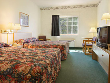 Super 8 Eagle River - Standard Two Queen Bed Room