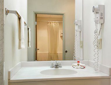 Super 8 Eagle River - Bathroom