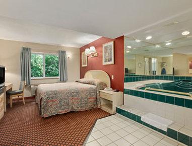 Super 8 Marysville/Port Huron Area - Honeymoon Suite