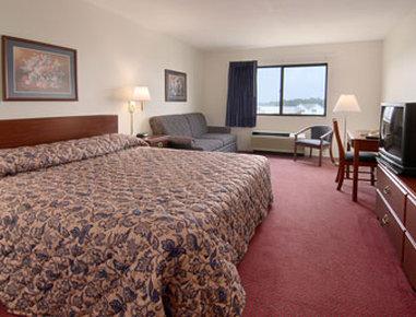Super 8 Waterloo - Standard King Bed Room