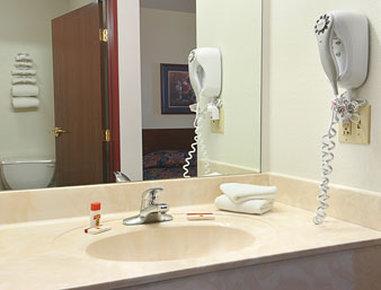 Super 8 Waterloo - Bathroom