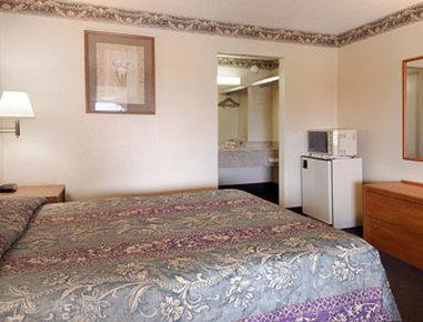 Super 8 Forsyth - Standard Queen Bed Room