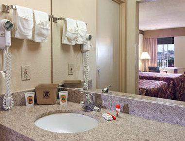 Super 8 Forsyth - Bathroom