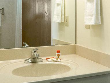 Super 8 Motel Iola Ks - Bathroom