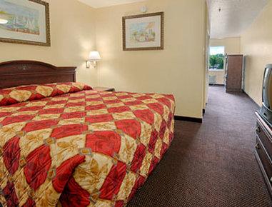Super 8 Daytona Beach - King Suite