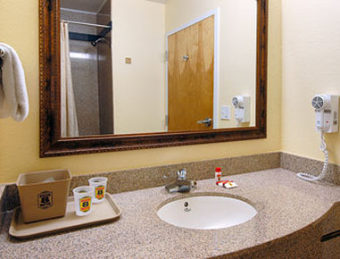 Super 8 Daytona Beach - Bathroom